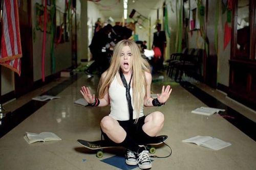 Avril Lavigne clip Here's to never growing up 2
